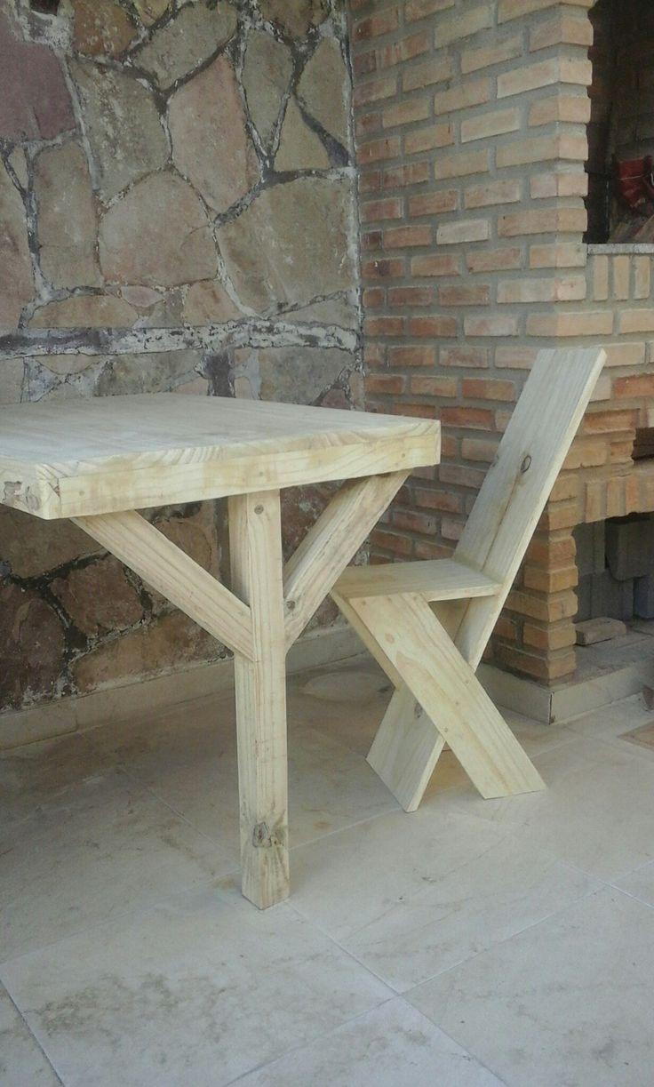 Mesa e cadeira feita com tabua de pinus . Dicavalcante.