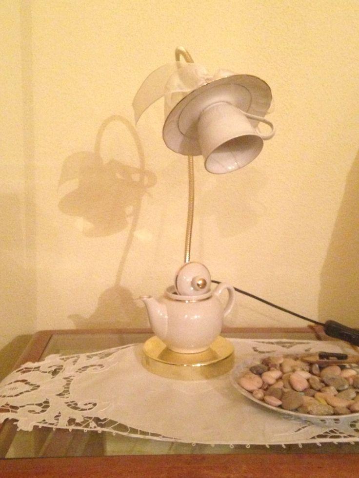 Nuova vita alle cose!  Come un banale e datato servizio da caffè riesce a diventare un'originale ed economica lampada da comodino. Minima spesa, massima resa!