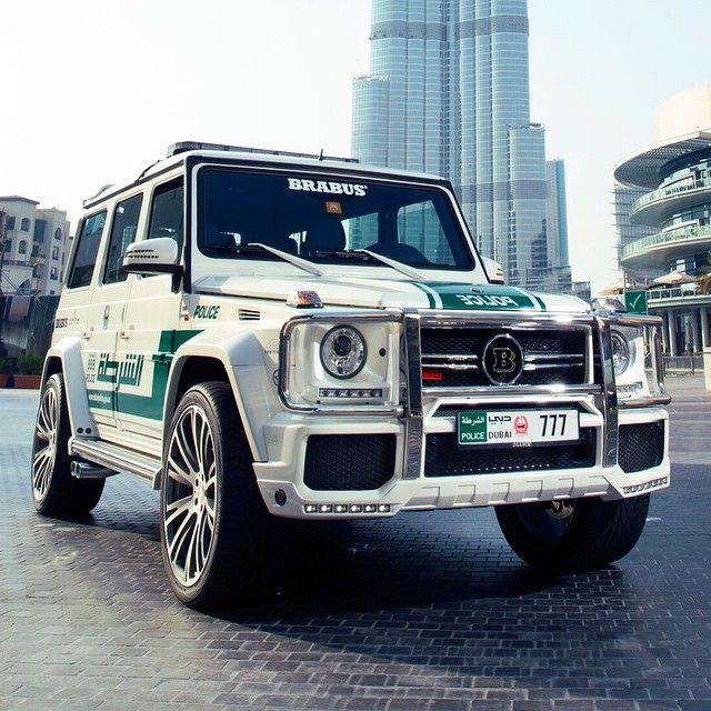"""#ShareIG Esse pessoal de Dubai, nos Emirados Árabes Unidos, não brinca mesmo em serviço. Como """"viatura"""" - nome que aqui na terra brasilis se convencionou chamar carro de polícia - partiram logo para a ignorância usando o Brabus 700 MB G63 para ir atrás dos bandidos e em qualquer terreno. São 700 cv para sair à caça. Custa 273.000 euros, equivalente a quase 874.000 reais.  #mercedes #mercedesbenz #police #brabus #revista #car #magazine #dubai #emirados #arabe #amg #revistatopcarros #motor"""