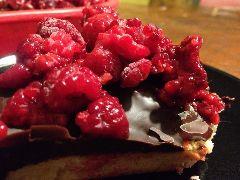 Een makkelijk te maken taart van kokosmeel met chocola en frambozen. Geschikt voor mensen met een notenallergie.