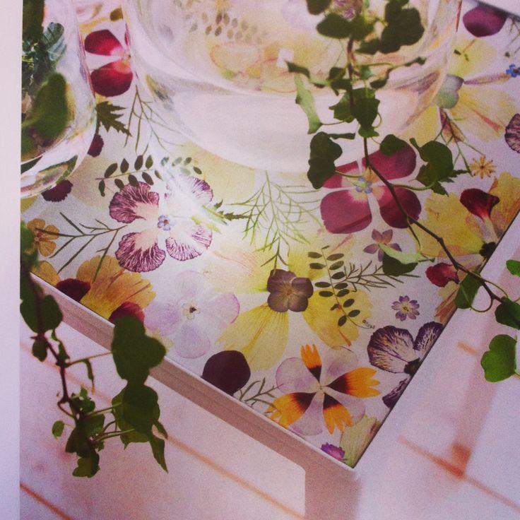 Bord med torkade blommor under glasskiva