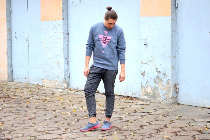 Bloger Jakubowy w stylizacji w bluzie z nietoperzem.