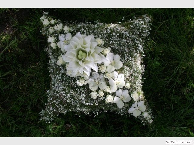 Beautiful flowers help to create a fine and worthy framework for the funeral. - cushion   Blomsterverkstaden AS - Sorgbinderi