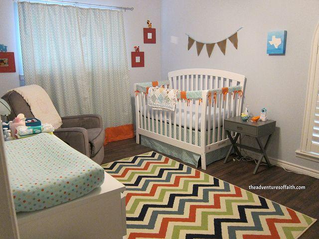 Chambre pour bébé coloré et contemporaine