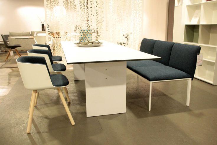 Weiße Aluniniumbank mit drei Schalenstühlen #bank #stuhl #polster #lapalma #einrichtung #möbel #trend