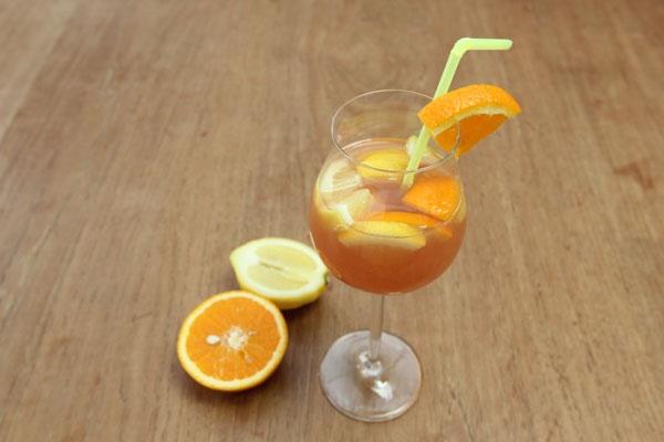 Rosa Sangria mit Orange und Zimt