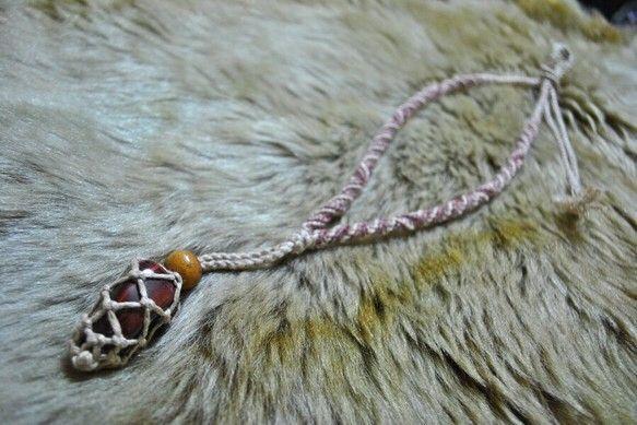 レッドタイガーアイをトップにしたヘンプネックレスです。このネックレスはトップ部分が開閉式になっていますので、石の交換が可能です。お気に入りの石、小さい石なら複...|ハンドメイド、手作り、手仕事品の通販・販売・購入ならCreema。