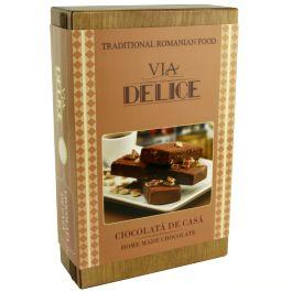 """5 pachetele delicioase, continand ciocolata de casa, pentru cele mai rafinate gusturi!O """"colectie"""" de dulciuri atent selectionate, pachetul contine 5 pachetele de ciocolata de casa: 2 pachetele de ciocolata de casa simpla, 2 pachetele de ciocolata de casa cu nuca si 1 pachet de ciocolata de casa cu alune.Pachetele sunt atent asezate intr-o cutie de lemn personalizata cu sigla """"Via Delice"""".(Homemade chocolate Via Delice)"""