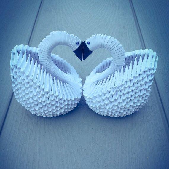 3D Origami cygne paire (blanc) Vous recevrez un couple de cygnes (2 éléments). Chaque cygne est fabriqué à partir de 400 pièces. Il sera un décor insolite pour votre maison ou bureau. HAUTEUR : 13 cm ou 5(du bas vers le chef) Largeur: 9 cm ou 3 3/4 po Il peuvent être utilisés pour les événements suivants : -Bridal shower -Bacherlorette Party -Pièce maîtresse de table de mariage -Cadeau de fiançailles -Cadeau danniversaire Vous pouvez également commander un ordre personnalisé avec dif...