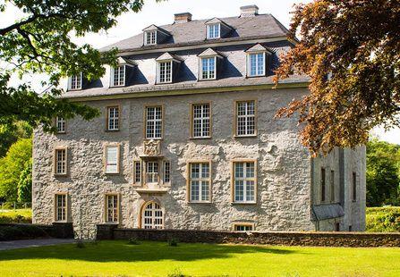 Open Air Kino Schloss Hardenberg in Velbert-Neviges. Programm und Infos auf: http://www.coolibri.de/redaktion/open-air-kino-ruhrgebiet/schloss-hardenberg-velbert-neviges.html