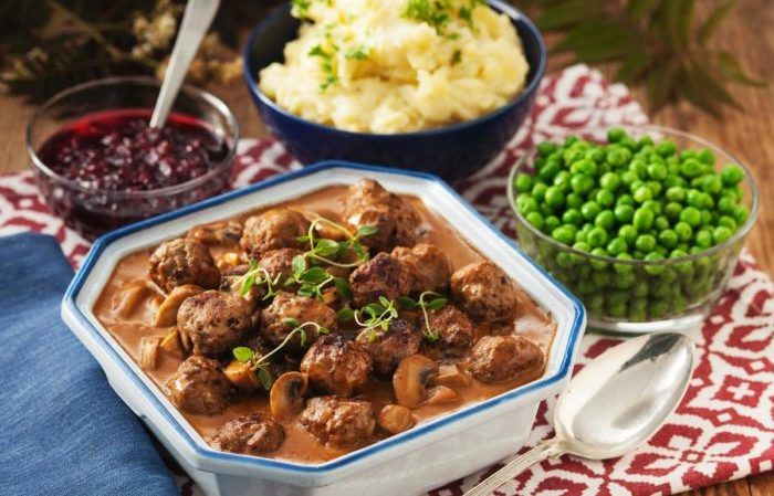Klassiska köttbullar, här med en god svampsås och fluffigt potatismos!
