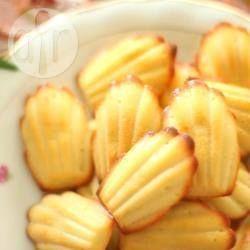 """Madeleines (bolachinhas francesas) @ allrecipes.com.br - Receita básica de madeleines, que são bolachinhas francesas deliciosas. O sinal de uma madeleine perfeita é o """"morrinho"""" na parte de trás!"""