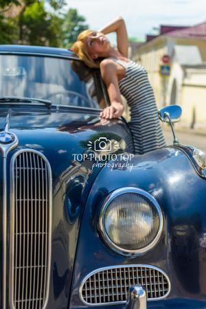 Девушка в городе рядом со старым автомобилем. Фотосессия в городе. Girl in a city next to the old car. Photo shoot in the city.