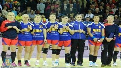 România a disputat ieri, la Oradea, primul meci al barajului de calificare la Cupa Mondială din Germania,în compania reprezentativei Austriei. Fetele antrenate de Martin Ambros s-au impus cu 34-29 (17-16). Echipa României a condus pe aproape toată duratadesfășurării primei părți dar apărarea deficitară le-a permis austriecelor să țină aproape de echipa noastră și chiar să ...