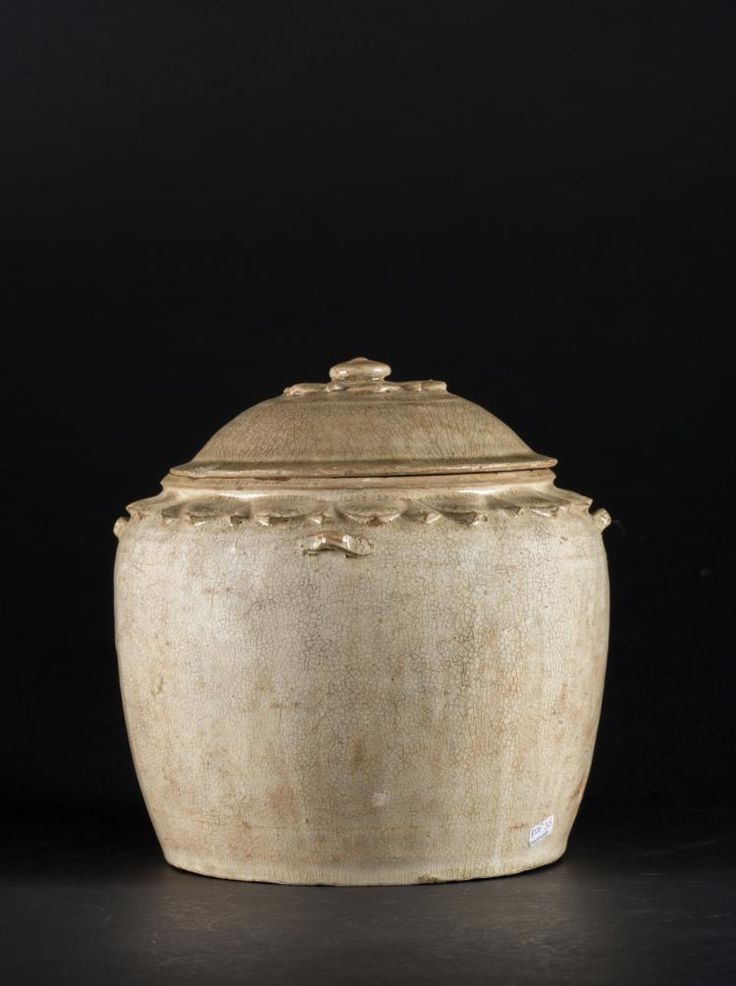 Arte Sud-Est Asiatico. A pottery vase and cover in the shape of a flower Vietnam, 16th century . Cm 22,00 x 21,00.