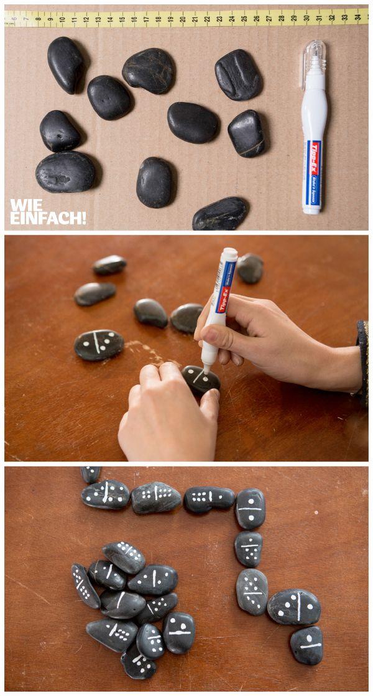 Dominossteine kann man auch ganz einfach selber machen. Ihr braucht nur ein paar schöne Steine und einen weißen Marker :) #Domino #Steine #Dominosteine #DIY