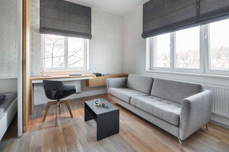 Materiálový základ tvoří kombinace bílého thermopalu, přírodního dubu s olejovaným povrchem a šedých kompaktních desek…