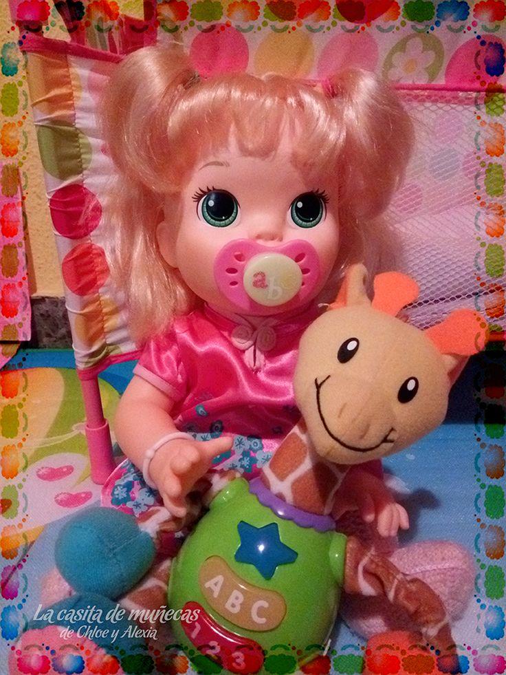 —Me encanta mi juguetito nuevo, ¡tiene música y luces de colores! (Baby Alive Snackin' Sara o Sara comiditas divertidas)
