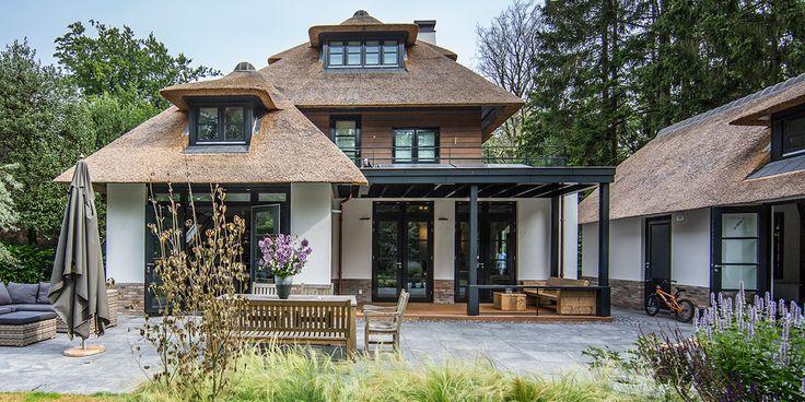 DENOLDERVLEUGELS Architects & Associates / Rietgedekte klassiek moderne villa Naarden. In het bosgebied rond Naarden is begin 2013 deze karakteristieke landelijke rietgedekte villa opgeleverd. Architectenburo DENOLDERVLEUGELS heeft voor zowel het huis, het interieur en de tuin het ontwerp verzorgd.