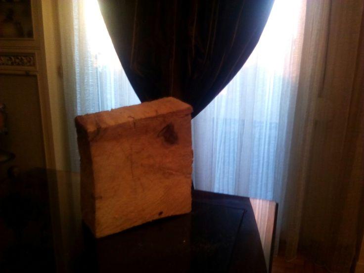 Ένα  κομμάτι  ξύλο   και μια νταμιτζανα
