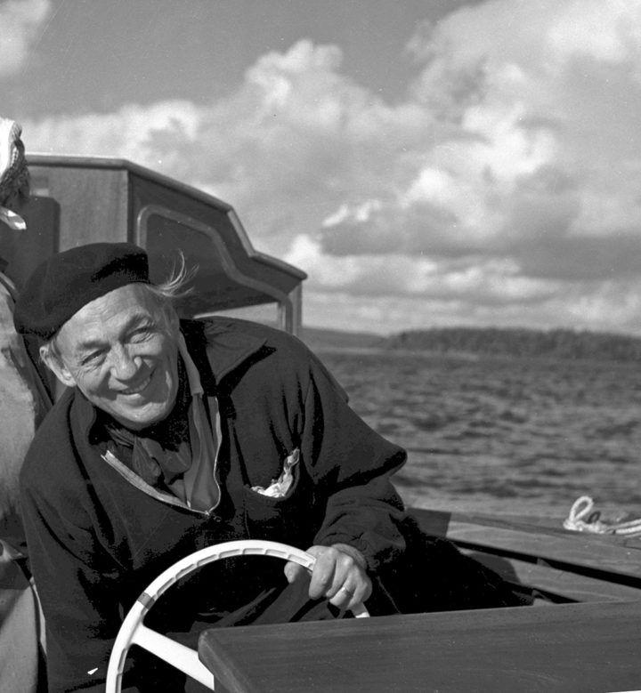Alvar Aalto Nemo Propheta in Patria -veneessään 1960-luvulla. © Christine ja Göran Schildtin säätiö. Kuva: Göran Schildt
