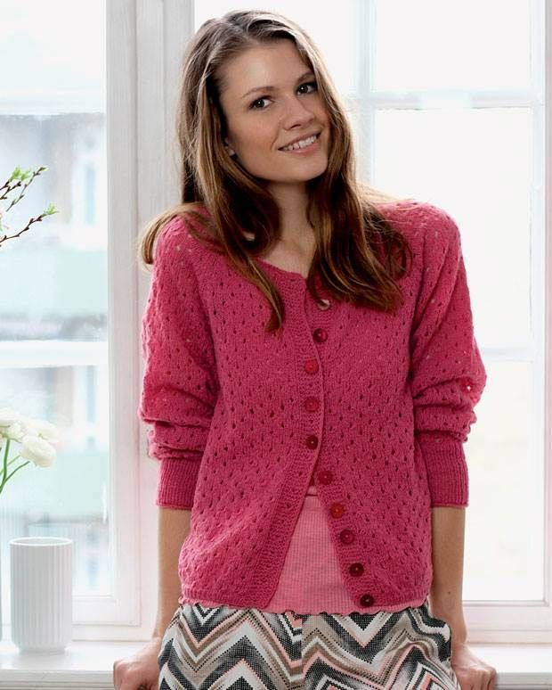 Her får du opskriften på en flot lyserød trøje med hulmønster og raglan i lækker lammeuld.