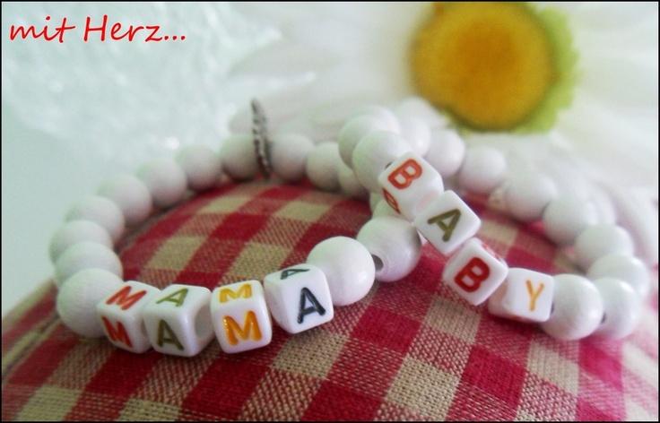 Hier biete ich 2 tolle Armbänder aus Holzperlen und Buchstabenwürfeln für Mama und Baby. Ein tolles Geschenk zur Geburt,am Besten direkt mit ins Krank