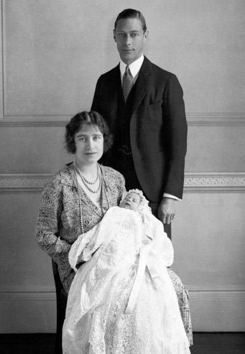 O Duque e a Duquesa de York (futuros Rei George VI e Rainha Elizabeth Mãe) fotografados com a filha, Princesa Elizabeth (a futura Rainha Elizabeth II), em 1926. Na foto, a bebê está trajando um vestido de batismo usado por gerações na família real inglesa.