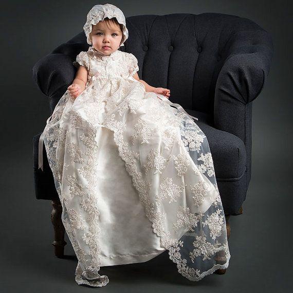 Vestido de reliquia de Penelope  Este vestido es tan hermosa y tan detalladas, no es un tramo para decir que es verdaderamente una obra de arte. El recubrimiento del cordón en este vestido de bautizo es impresionante y especial, hecho de malla bordada con un diseño floral rico con flores bordadas en un tono bastante marfil champagne cording, añadiendo profundidad y riqueza. Recortado en ribete de Venecia marfil y arcos de la cinta de seda rosa pálido largo que fluye abajo de la falda. Este…