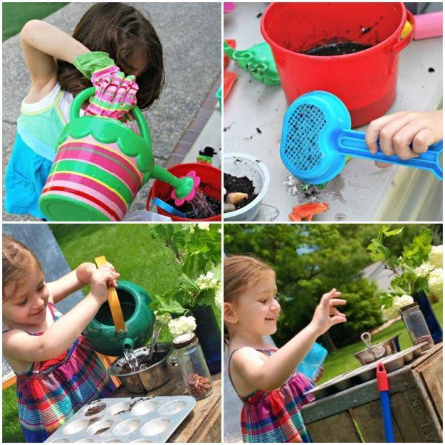 Zabawy w piasku to czysta frajda, ale jeszcze lepsze jest błoto. To doskonały surowiec w plenerowej kuchni lub zabawy w ogrodniczkę. Chcecie, by dziecko zajęło się zabawą przez dłuższy czas, pozwólcie mu zrobić błoto. Doskonale sprawdzi się jako ciasto na babeczki lub do sadzenia roślinek, z błota można robić także wspaniałe zamki. Bez prania się nie obędzie, ale zabawa będzie niezwykle udana.