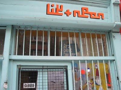 Like Neon, loja. Para comprar aqueles presentinhos para os amigos e família. Numa transversal da Brick Lane.