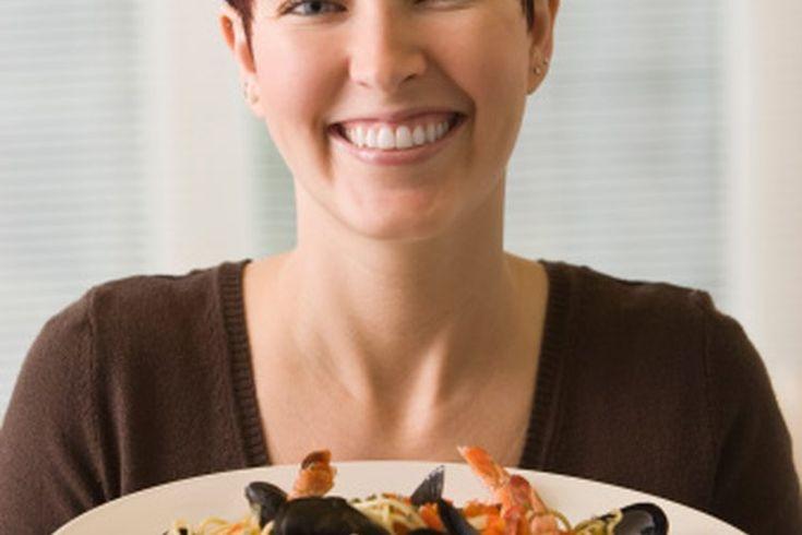 Cómo calentar camarones cocidos. Los camarones cocidos fríos son sabrosos cuando se sirven en coctel o en ensaladas. Pero también puedes calentar los camarones cocidos en pocos minutos. Caliéntalos con cuidado para preservar su sabor y textura, escribe Fred Thompson en