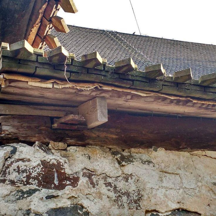 Viikonlopun kunniaksi mehukas kuva Nauvon kirkon paanukaton rakenteesta. Räystäältä katsottuna voi bongata esimerkiksi aluskatteena toimivan vettäpitävän tuohen. Nauvon keskiaikainen kivikirkko on rakennettu luultavasti 1430-50-lukujen paikkeilla eli se on esimerkiksi aiemmin täällä vilahtaneen Vantaan Pyhän Laurin kirkon aikalainen. #paanulover #nagu #nauvo #rakennusperintö #kulttuuriympäristömme #keskiaika #byggnadsvård