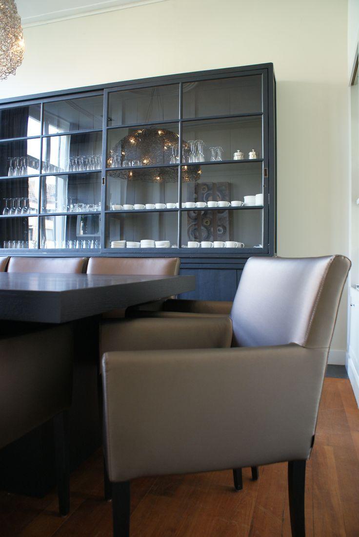 Authentieke buffetkast, eiken gebeitste tafel en stoelen die met een vochtige doek kan afnemen.