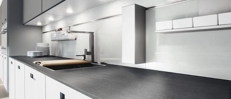 Deze lichte keuken van Next125 heeft witte, greeploze kastjes en een eveneens licht aanrechtblad. De fronten van de keuken zijn gemaakt van gesatineerd glas. Dit materiaal zorgt voor een zachte, elegante en matte uitstraling.