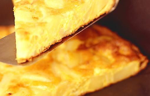 Tortilla - perunoita, sipulia ja kananmunia.