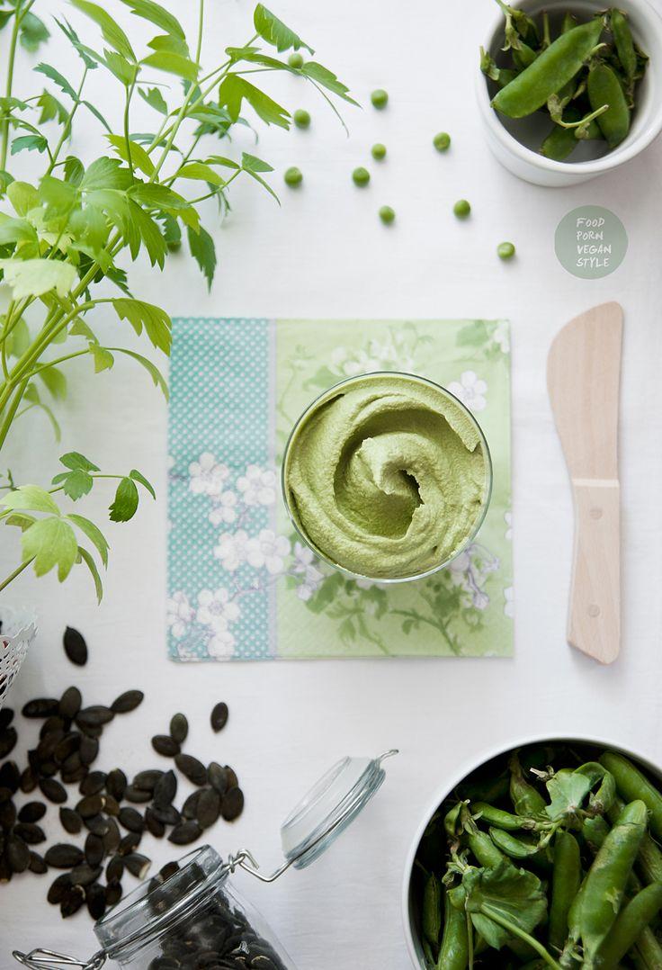 Pesto ze świeżego zielonego groszku i pestek dyni z lubczykiem / Fresh green peas pesto with pumpkin seeds and lovage
