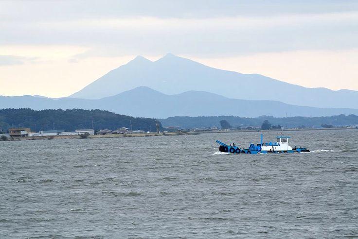 曇りの霞ヶ浦と筑波山