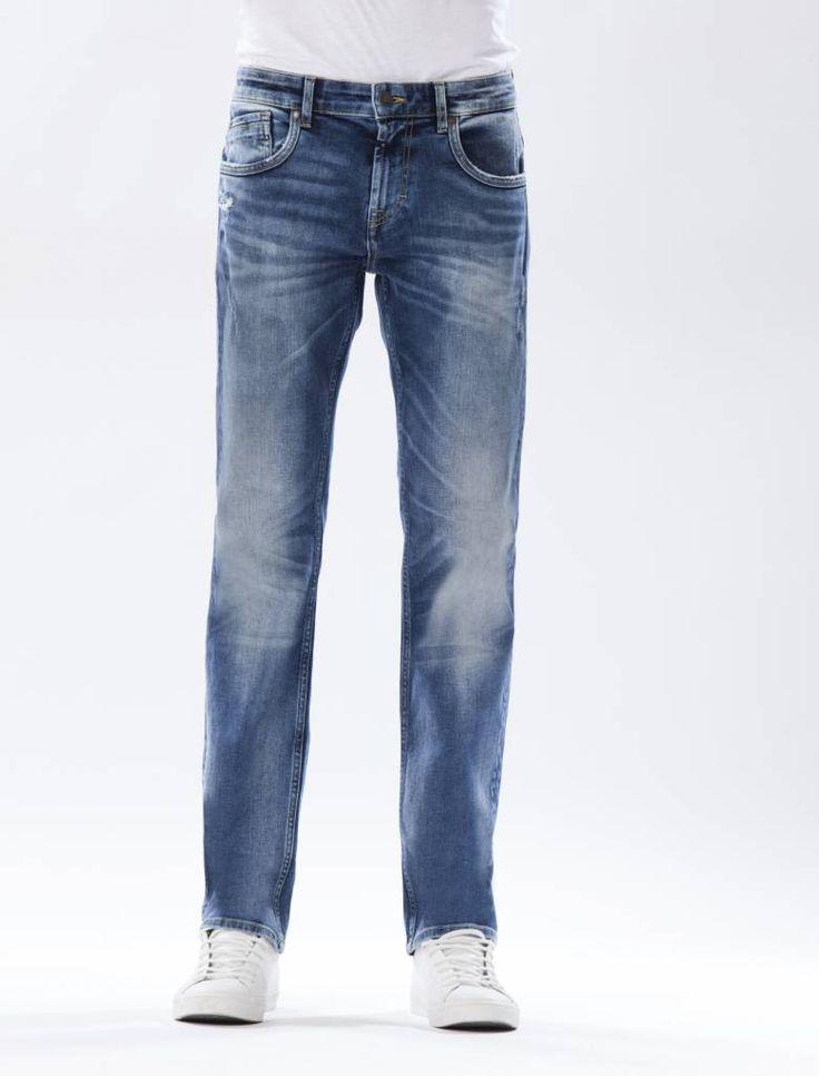 Thomas Medium Blue Straight Jeans  Description: Cup Of Joe is een denimlabel dat al dertig jaar te boek staat als een betaalbaar brand. COJ haalt zijn inspiratie uit de fijne vaak kleine dingen des levens. Daar jeans deel uitmaakt van ons dagelijks bestaan moeten we er net zo van genieten als bijvoorbeeld ons gebruikelijke kopje koffie. Dat is het motto.Of je nu een vintage een versleten indigo of zwarte strakke jeans wilt - bij voorkeur een exemplaar dat je dag en nacht kunt dragen - er is…
