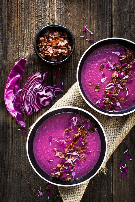 Romantické povahy doplní slaninu a zelí jedlými kvítky (třeba chryzantémy), ale stejně dobře poslouží i petržel; Greta Blumajerová