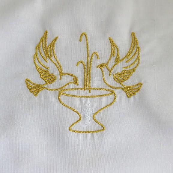 Vestido para Bautizo de niño o niña, ropa unisex. Traje fabricado en 65% poliéster y 35% algodón. Bordado con hilo dorado e hilo blanco. El bordado representa a dos palomas que se posan con gracia sobre una Pila Bautismal / Baptismal gown with gold embroidery. Unisex. (2/2) http://www.articulosreligiososbrabander.es/ropa-traje-vestido-bautizo-bautismo-bebe-nino-nina.html #Bautizo #Bautismo #Sacramento #Baptismal #Sacrament