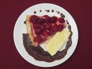 Himbeertarte mit Schokoladen-Chili-Soße und Schmand-Parfait