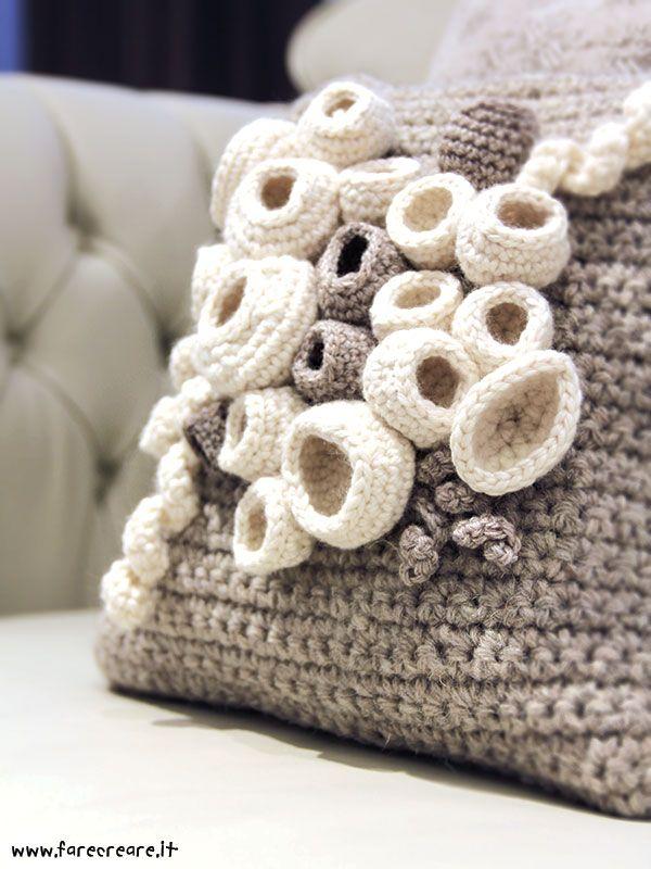 Cuscino all'uncinetto per una casa un pò Nordic Style, un pò Handmade. #farecreare #handmadeforhome