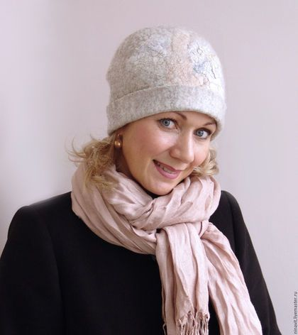 Купить или заказать Шапка валяная 'Ранний снегопад' в интернет-магазине на Ярмарке Мастеров. Шапочка очень теплая, шерсть мериноса и шерсть венслидейл (Wensleydale). Прекрасно держит форму, фактурная поверхность, декор из шелка, волокон. Цвет светло - серый. Сидит по голове, сзади складочка закреплена агатовой бусинкой. К шапочке можно сделать шарф, варежки. Почтовые расходы 200 руб.