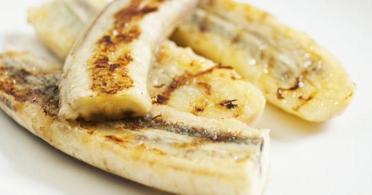 Nach dem leckeren Steak oder knackigen Gemüse ein Dessert? Warum nicht auch gleich vom heißen Grill? Gönnen Sie sich gegrillte Bananen, Nüsse und Honig.