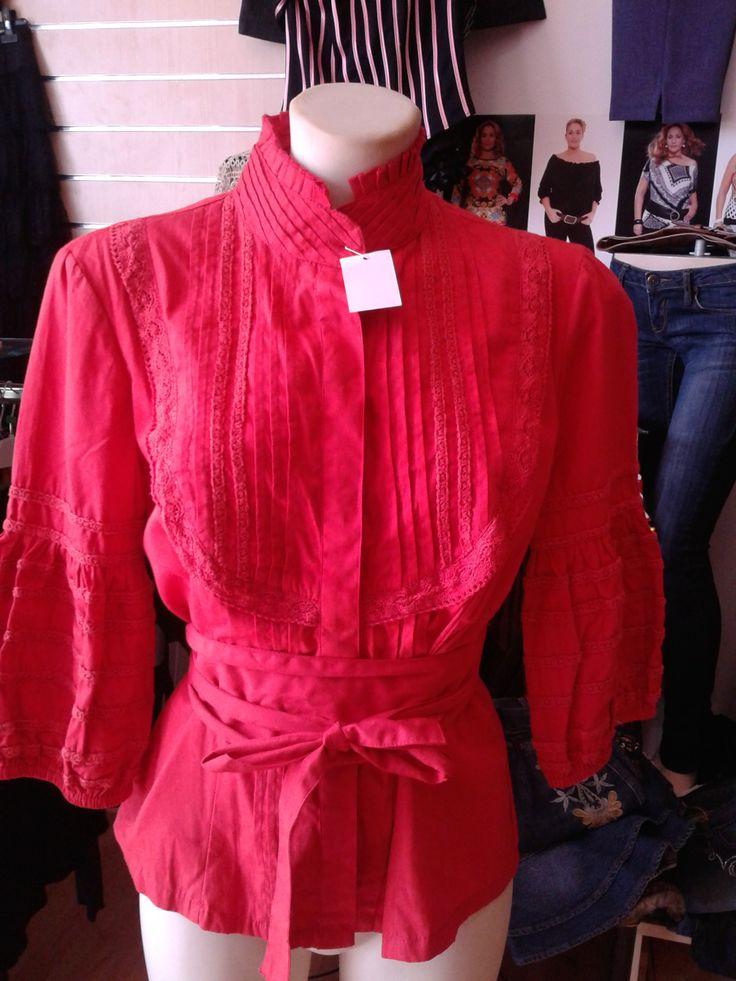 ALMATRICHI Camisa roja 100% algodón Talla 36/38 Abrochada con botones y lazo alrededor de la cintura Chorreras en el pecho Mangas de farol