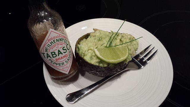 Te gek voorgerecht: avocado gevuld met garnaaljes  Recept: http://www.goodfoodlove.com/food/makkelijk-culinair-recept-ron-blaauw-voorgerecht/
