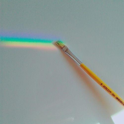 Um pincel como se estivesse pintando o arco-íris