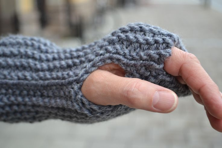 Hej, Anna här! En halsduk brukar vara det ständiga förslaget till nybörjarprojekt. Men det går att göra mycket mer med raka rätstickade bitar – och allt behöver inte ta så …