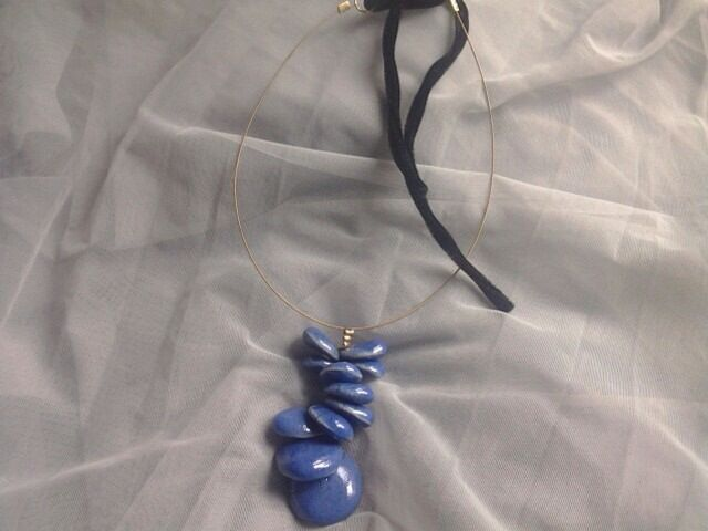 Necklace Guitar strings and Raku elements Girocollo Corda di chitarra e grappolo di piccole perle Raku blu